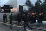 Xe tải chở bàn ghế bốc cháy dữ dội trên quốc lộ 1A