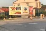 Cảnh sát giao thông đội nắng dọn đất vương vãi trên đường