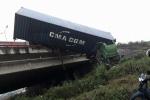 Tránh 2 xe tải leo dải phân cách, container lao xuống chân cầu Thanh Trì