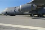 Hỏng càng đáp, máy bay quân sự Mỹ mài bụng xuống đường băng