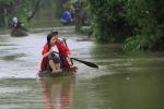 Ảnh: Thủy điện xả lũ, dân Huế lại chèo thuyền trên đường