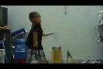 Clip: Bé trai múa côn nhị khúc điệu nghệ như Lý Tiểu Long