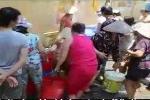 Kinh hoàng clip chen chân mua nước sạch giá 'cắt cổ' giữa Thủ đô