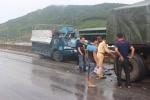 Xe tải bẹp dúm sau cú tông đuôi xe kéo, tài xế may mắn thoát chết