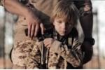 IS tung video dạy trẻ em xử tử con tin bằng súng ngắn