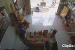 2 bé gái mải chơi iPad, nữ quái vào nhà cuỗm điện thoại trong nháy mắt