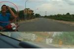 Đi ẩu đâm vào ô tô, người đi xe máy cười xin lỗi