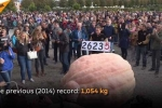 Choáng với quả bí ngô khổng lồ, nặng gần 1,2 tấn phá kỷ lục thế giới