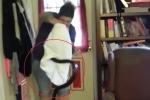 Rắn mò vào nhà bị phụ nữ dùng vỏ gối tóm gọn trong 'một nốt nhạc'