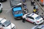 CSGT lấy thân mình đỡ đòn cho tài xế taxi bị hành hung
