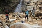 Rợn người con đường đến trường của các em nhỏ Lào Cai