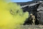 Ảnh quân sự trong tuần: Phi công Mỹ đấu súng xuyên làn khói