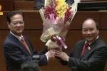 Video: Thủ tướng Nguyễn Xuân Phúc tặng hoa nguyên Thủ tướng Nguyễn Tấn Dũng