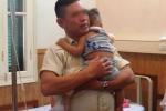 Bé trai 10 tháng tuổi văng xuống đường bị xe chở rác cán nát tay