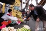 Ảnh: Đại sứ Bỉ Angelet Bruno lựa mua ngô trên cầu Long Biên