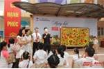 Ca sĩ Đinh Mạnh Ninh giúp học sinh tiểu học bán đấu giá tranh từ thiện