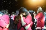 Học sinh trường Amsterdam ôm nhau òa khóc trong trong lễ bế giảng