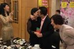 Ngày Quốc tế Phụ nữ 2017: Bầu Hiển hôn vợ, ông Trịnh Văn Quyết vào bếp khiến nửa thế giới 'tan chảy'