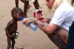 Hình ảnh 'cậu bé sắp chết đói uống nước' khiến cả thế giới bàng hoàng