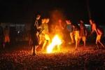 Video: Nghẹt thở chơi bóng đá lửa ở Indonesia