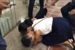 Xúc động hình ảnh vợ ôm chầm võ sư Đoàn Bảo Châu sau khi bị Flores hạ đo ván