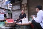 Trước đó, từ khoảng 5h30, nhiều hàng quán đã mở cửa bán đồ ăn sáng, đặc biệt có quán bán 'Xôi đậu xanh thi Đại học' trên phố Vọng  - Ảnh: Tùng Đinh