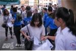 Lực lượng sinh viên tình nguyện các trường hỗ trợ kiểm tra đồ dùng của thí sinh tại điểm thi Đại học Xây dựng Hà Nội  - Ảnh: Tùng Đinh