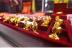 Ngày Thần Tài: Khách xếp hàng mua gà mái vàng để 'đẻ trứng'