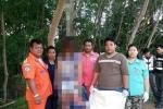 Cảnh sát Thái Lan chụp ảnh với xác chết trên cây