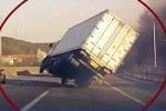 Xe tải 'đánh võng' bằng 2 bánh, tránh được tai nạn thảm khốc trên cao tốc