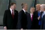 Video: Hành động gây chú ý của ông Trump trước khi chụp ảnh cùng quan chức NATO