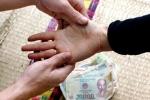 Thu tiền cúng 'bề trên', một phụ nữ xem bói dạo bị bắt