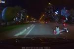 Xe máy đầu trần kẹp 3 nghênh ngang giữa phố, bị ô tô dạy bài học nhớ đời