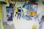 Video: Bố lơ đãng, đánh rơi con gái trong trung tâm thương mại