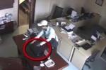 Clip: Trộm ung dung vào nhà 'khoắng' 2 laptop như chốn không người