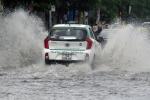 Video: Mưa như trút nước, đường phố Hải Phòng biến thành sông