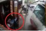 Bi hài clip xe khách 'nhiệt tình' tông thẳng vào cửa nhà đón khách vẫy ven đường