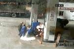 Video: Người đàn ông châm lửa đốt cả cây xăng rồi nhảy vào đám cháy tự thiêu