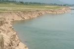 Hàng trăm tàu cát giăng kín sông Đà: Dân kêu cứu vì sạt lở, Sở TN&MT nói do mưa lũ