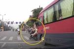 Clip: Dừng đèn đỏ, cô gái bị xe khách húc ngã ngửa ra sau