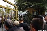Fan cuồng đạp đổ cổng liên đoàn bóng đá Việt Nam: VFF không thể tiếp tục cách bán vé này