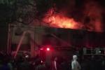 Nhà kho cháy ngùn ngụt trong đêm, ít nhất 33 người chết