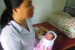 Bé gái sơ sinh một ngày tuổi bị bỏ rơi trước cổng chùa