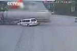 Vượt đèn đỏ, xe cứu thương bị xe bồn đâm thảm khốc