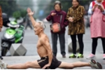 Mặc trời rét cắt da cắt thịt, cụ ông 72 tuổi Trung Quốc vẫn cởi trần tập thể dục