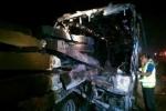 13 người thiệt mạng trong vụ xe khách đâm vào xe kéo