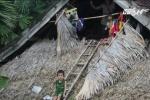 Xót xa hình ảnh những đứa trẻ co ro trong lũ dữ ở miền Trung