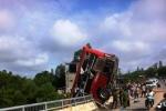 Xe khách lao qua lan can cầu, lơ lửng giữa không trung
