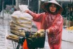 Cảnh đời mưu sinh trong mưa rét lấy nước mắt hàng triệu người