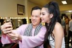 Hoài Linh nhắng nhít selfie cùng em họ Hoa hậu của Trương Ngọc Ánh